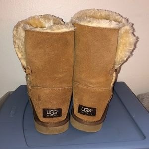 Classic UGGs midtops lightly worn w button